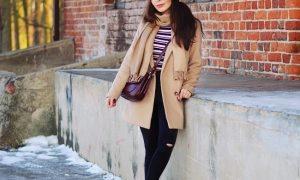 płaszcz i sportowe buty